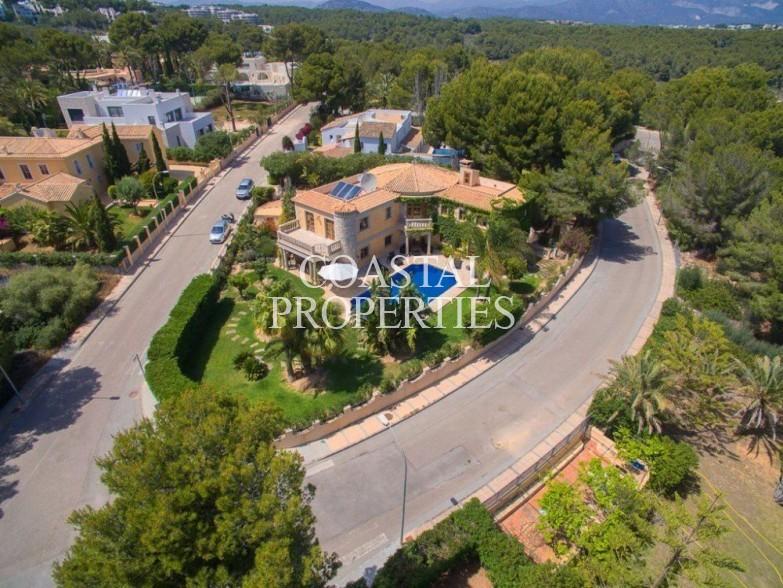 Property for Sale in Beautiful traditional villa for sale in the upmarket area Sol De Mallorca, Mallorca, Spain